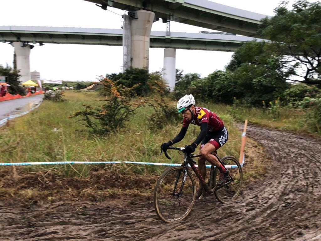 強まる雨足にコースは泥だらけになる一方